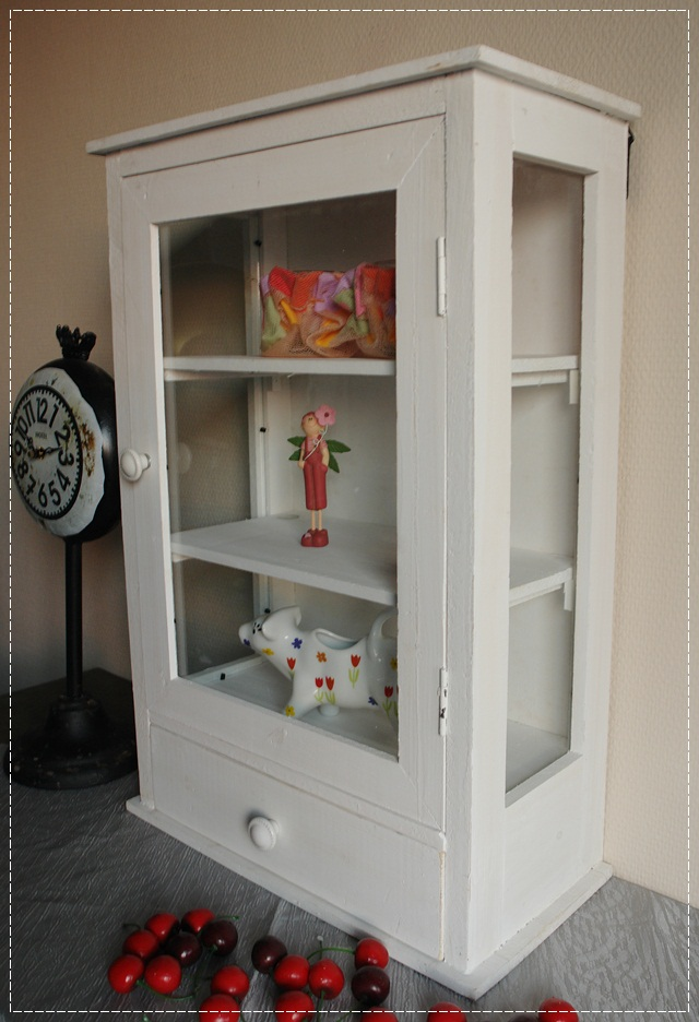 kleiner wandschrank wei mit glast r im shabby stil vitrine schrank vintage ebay. Black Bedroom Furniture Sets. Home Design Ideas